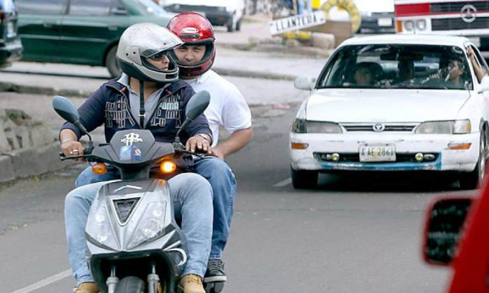derogación prohibición dos hombres moto