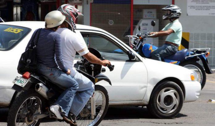 Honduras dos hombres en moto