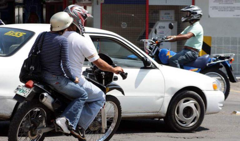Honduras: derogan decreto que prohibía circulación de dos hombres en una moto