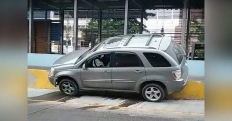 """Venía con """"caguamas"""" vacías: carro queda embancado en tramo del Trans-450"""