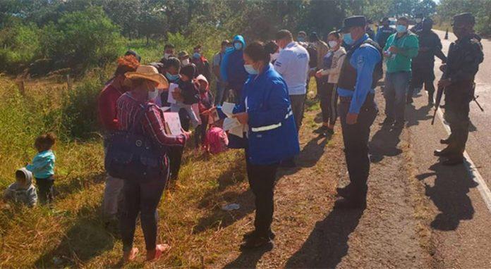 Policía retorna a migrantes caravana