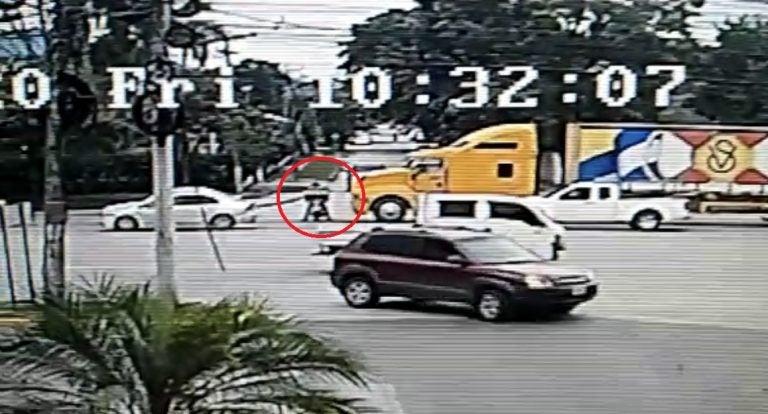¿Motociclista arrollado por rastra en SPS?: pese a imprudencia no sufrió daños