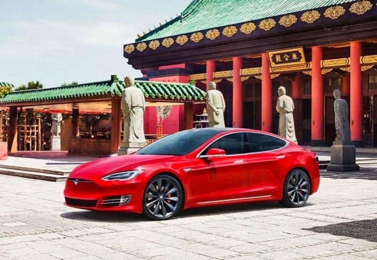 Tesla Modelo 3 explota en estacionamiento de Shanghái al golpear sus baterías