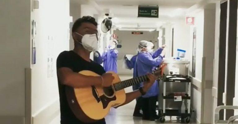 Alex Campos canta en hospital donde su padre está interno por Covid-19
