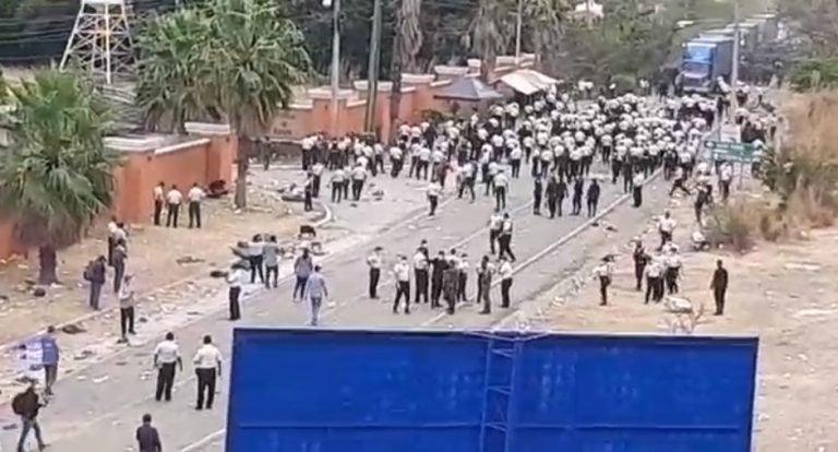 Policía y ejército chapín reprime otra vez a la caravana; hay gas, toletes y piedras