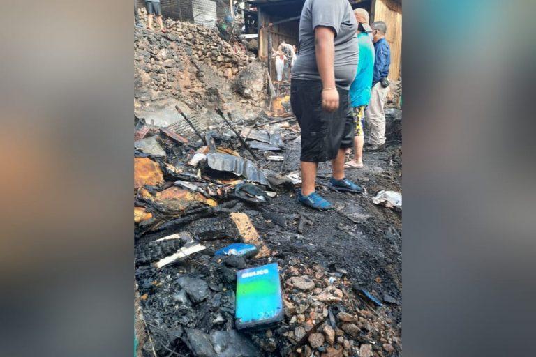 Una biblia, entre lo poco que se salvó del voraz incendio en Comayagüela