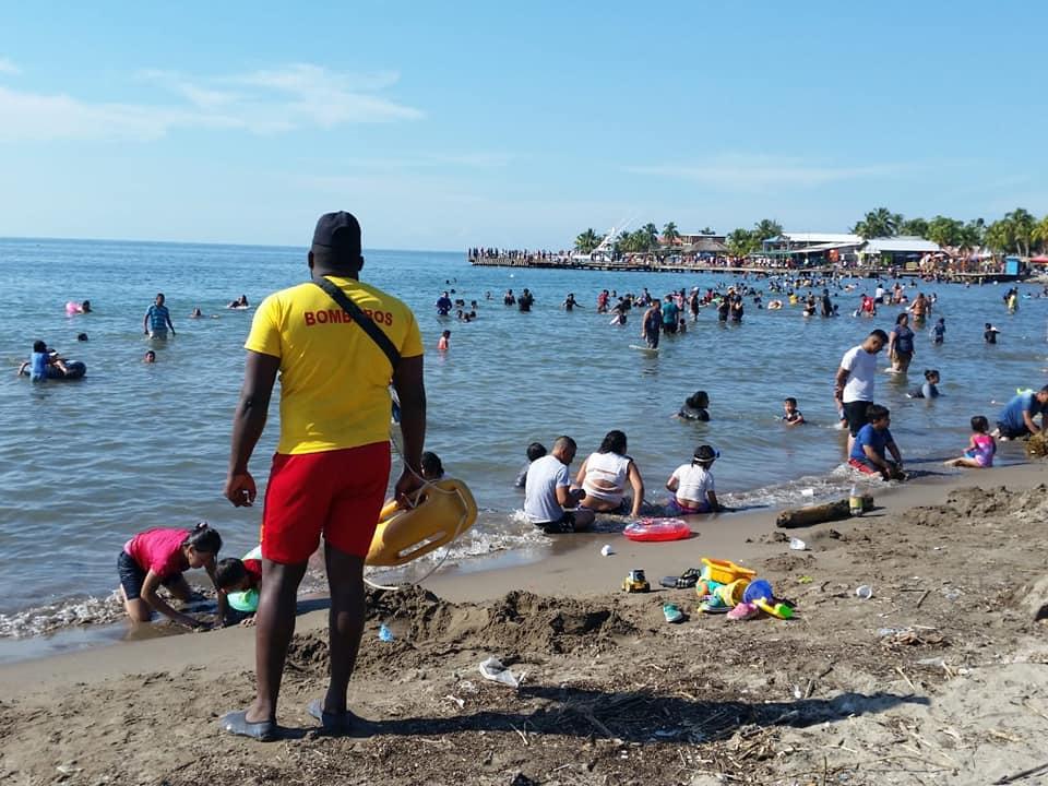 hondureños en playas de Puerto Cortés
