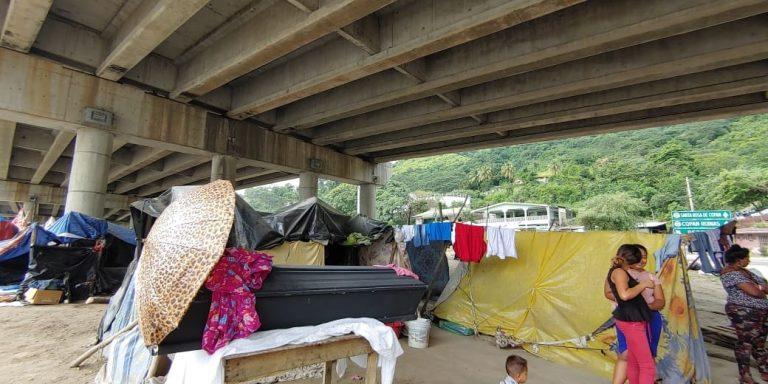¡Desolador! Damnificados velan a familiar bajo el puente a desnivel en Chamelecón