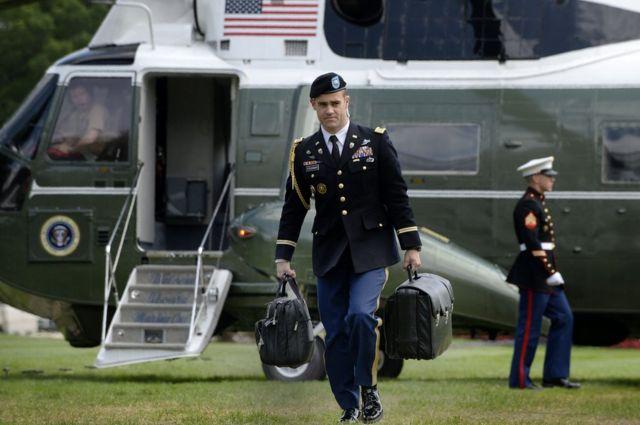 Último desafío de Trump: ¿Cómo entregará «el maletín nuclear» a Biden?