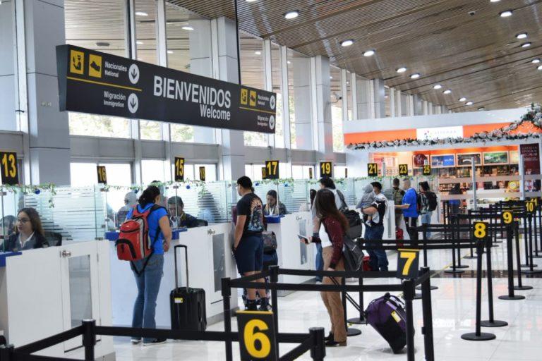 El Salvador: buscan a pasajeros que viajaron con hondureño contagiado de COVID