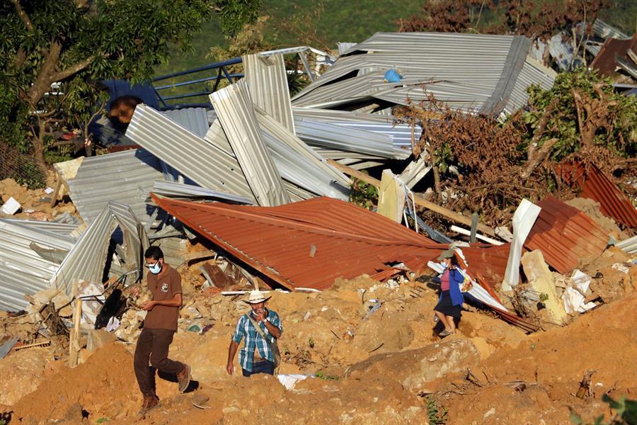 construcción casas aldea La Reina