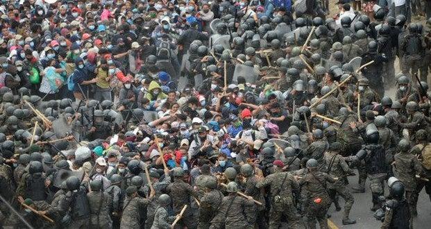 VIDEO: caravana migrante intenta pasar y Policía de Guatemala responde con gas y palos