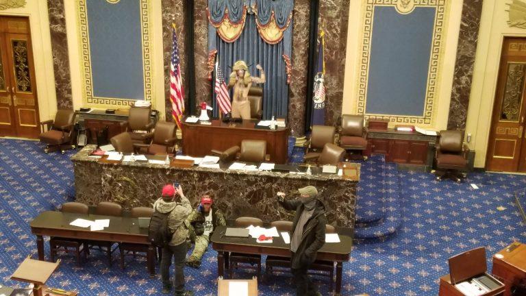 ¡Caos en EEUU! Seguidores de Trump ingresan a Capitolio y hasta posan en Sala del Senado