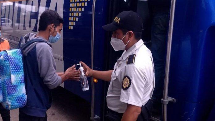 Guatemala retorna migrantes hondureños