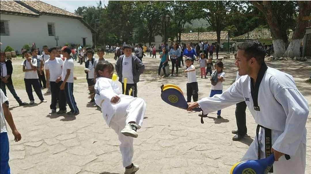 campeón Taekwondo rescatar niños