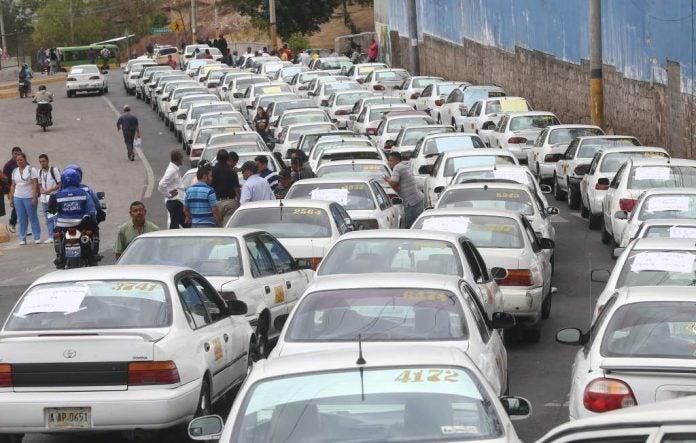 Tras reunión con autoridades, taxistas desisten de paro nacional