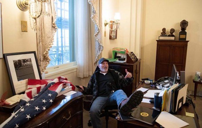 hombre escritorio de Nancy Pelosi