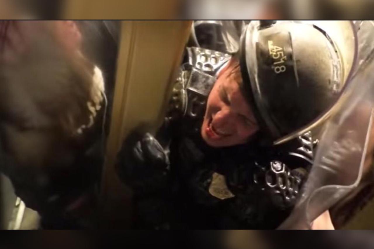 Sufrimiento de policía en Capitolio