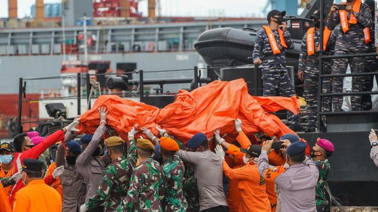Indonesia: hallan restos humanos y cajas negras del avión que se estrelló en el mar