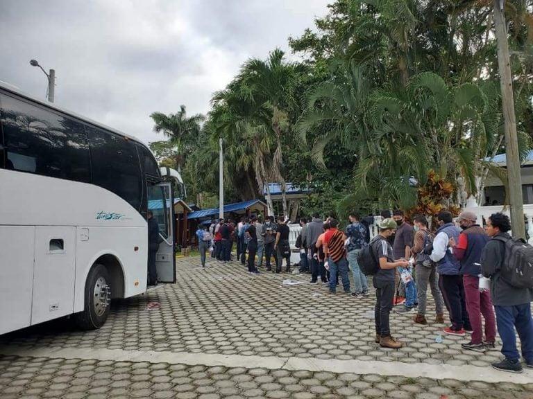 México envía cinco autobuses con hondureños deportados