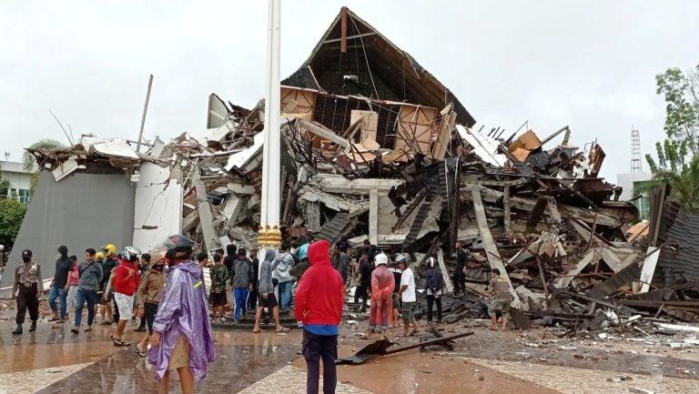 GALERÍA| Fuerte terremoto en Indonesia deja ciudades entre escombros y 42 muertos
