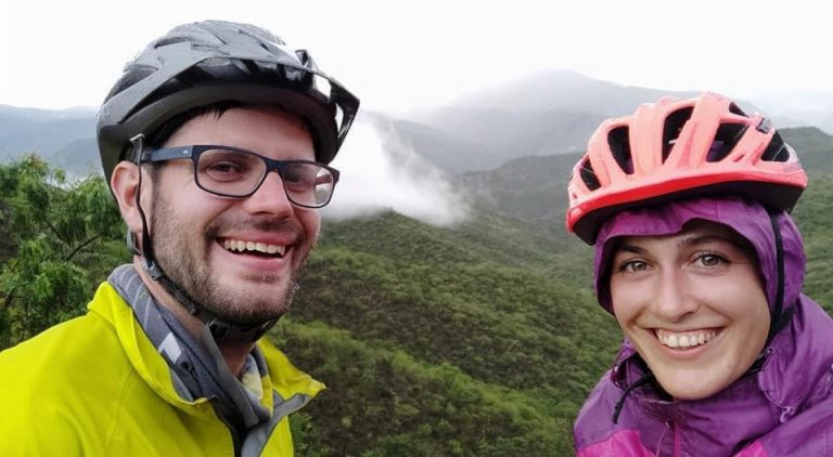 Pareja de turistas extranjeros pretende recorrer sitios de Honduras en bicicleta