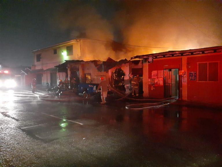 Incendio consume un yonker en el barrio Medina de San Pedro Sula