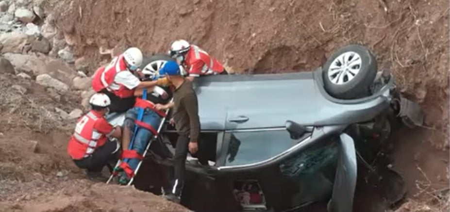 Vehículo vuelca carretera Santa Lucía