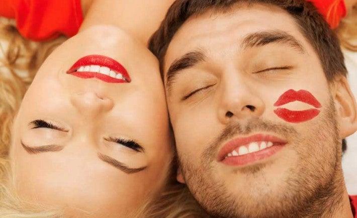 Beneficios de besar: combate caries y alivia calambres menstruales