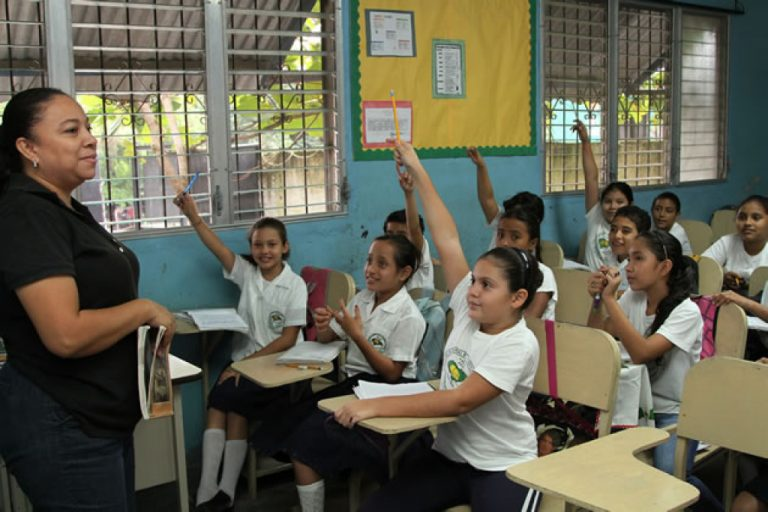Plan de Recuperación Educativa incluiría internet gratis para alumnos y docentes