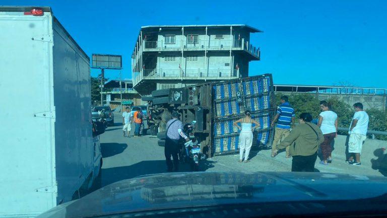 SPS: camión vuelca y provoca congestionamiento en bulevar del Sur