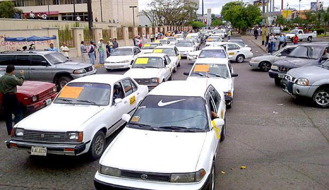 """Por """"incumplimientos del gobierno"""", taxistas van a paro nacional el lunes"""