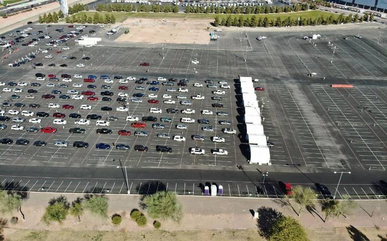 En estacionamiento de estadio, sin bajarse del auto: así aplican vacuna en EEUU