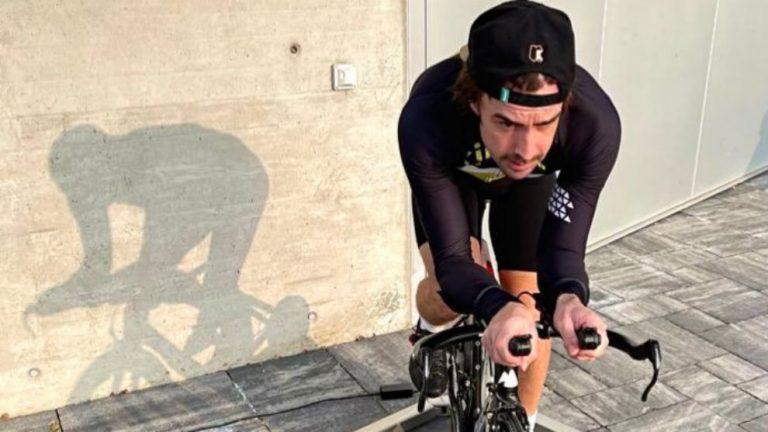 Fernando Alonso vuelve a subirse a una bicicleta tras ser atropellado
