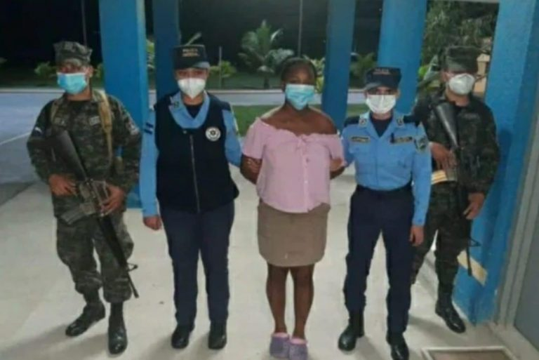 Liberan a madre que amenazó a sus hijos con un cuchillo en Roatán