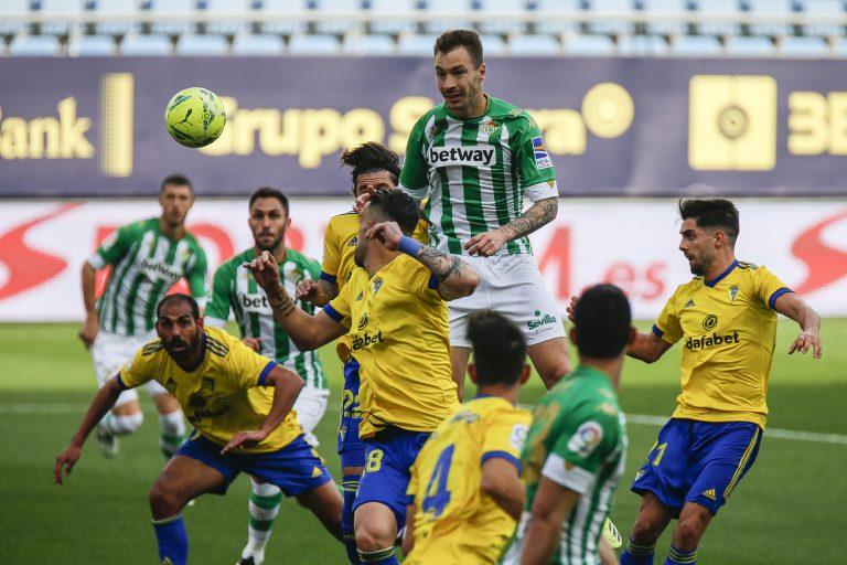 El Cádiz cae ante el Betis: El 'Choco' Lozano vio el juego desde la banca
