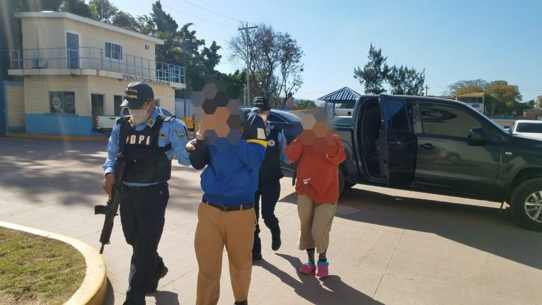 Madre e hijo arrestados