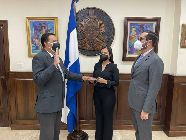Juramentan a Efraín Suarez como director del Banco Central de Honduras