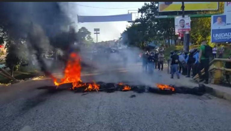 #JusticiaparaKeyla: Universitarios se toman el puente sobre el río Danto en La Ceiba