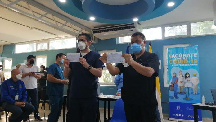 Doctor Díaz y Umaña reaccionan tras ser vacunados