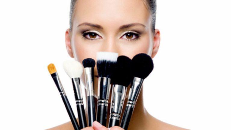 Paso a paso: Cómo limpiar las brochas de maquillaje