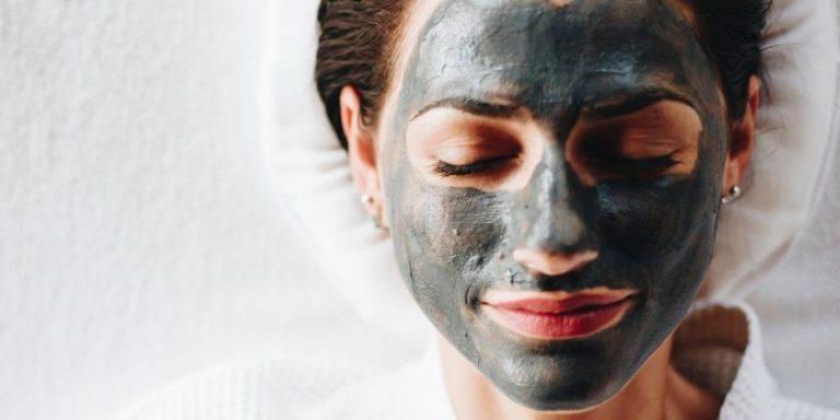Fangoterapia: ¿Cuáles son los beneficios de aplicar barro en la piel?