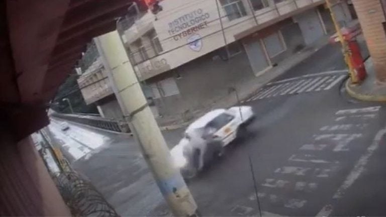 VÍDEO| Cámara capta brutal encontronazo entre taxi y moto que cruzó en rojo