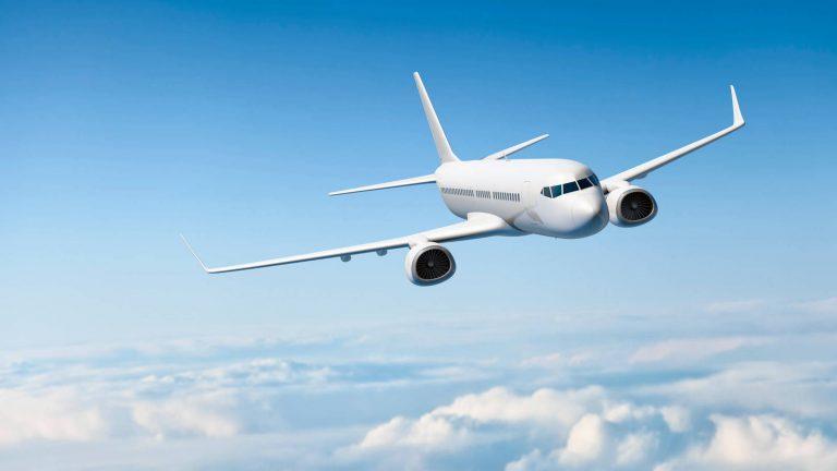 ¿Por qué los aviones comerciales suelen estar pintados de blanco?