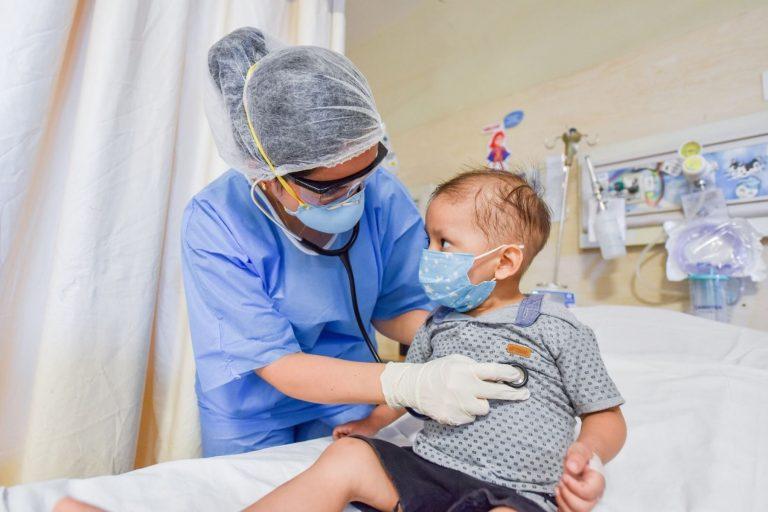 El extraño síndrome que ataca a niños un mes después de recuperarse de COVID-19