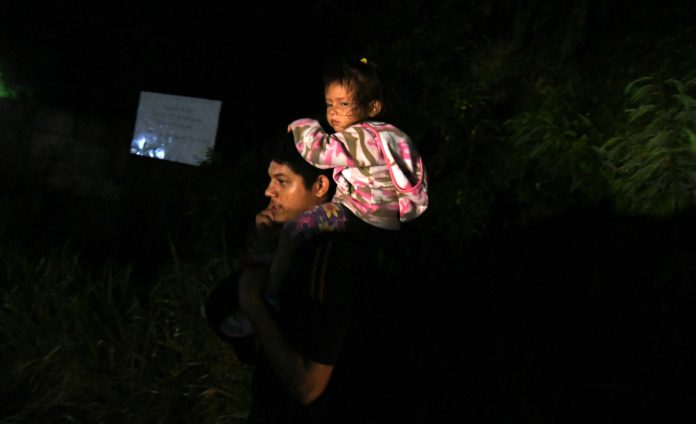 expulsan a hondureño con su hija
