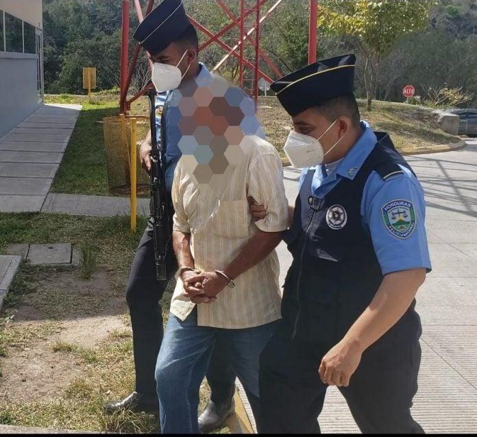 Anciano es detenido por violar a su nieta de 8 años.
