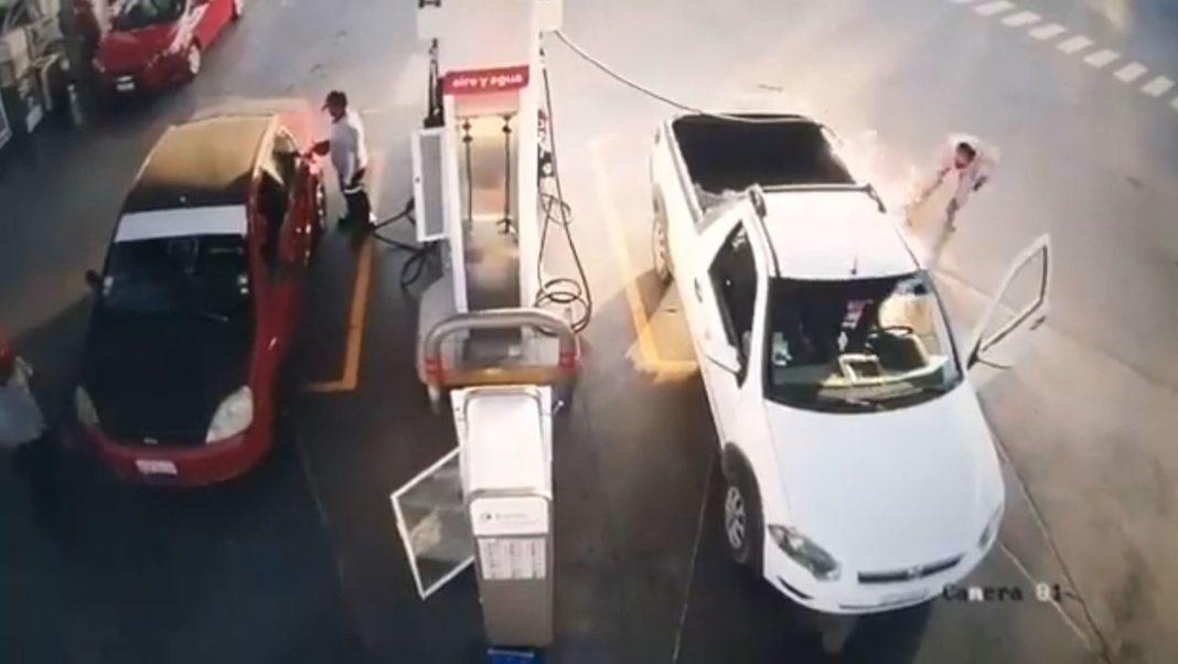 VIDEO: Hombre usa su celular mientras llena el coche en una gasolinera