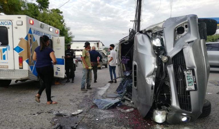 SPS: aparatoso accidente deja dos personas heridas y daños materiales
