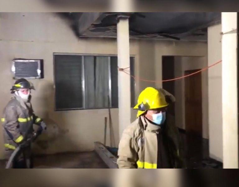 SPS: bomberos controlan incendio en edificio cercano al parque central